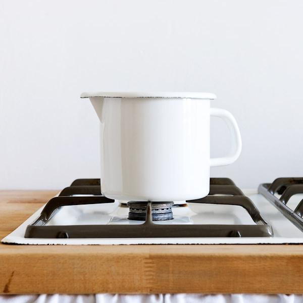 Riess Pan met schenktuit wit 12 cm 1 liter