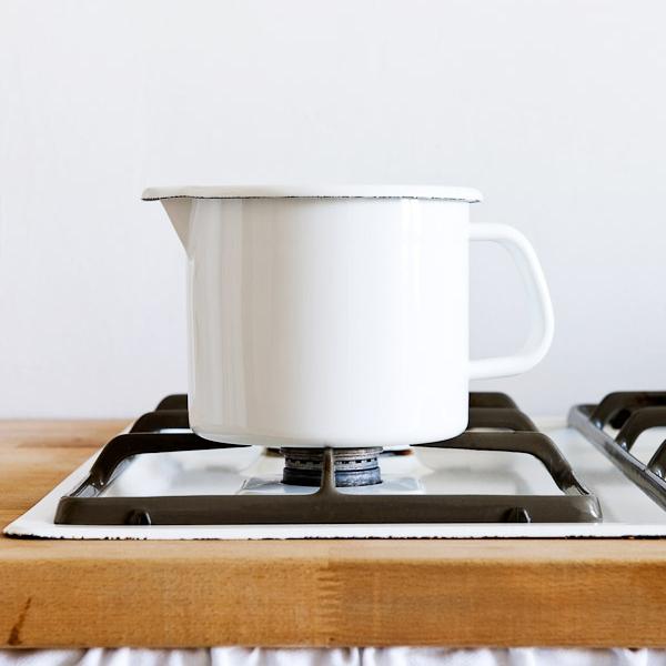 Riess pan met schenktuit 14 cm 2 liter wit